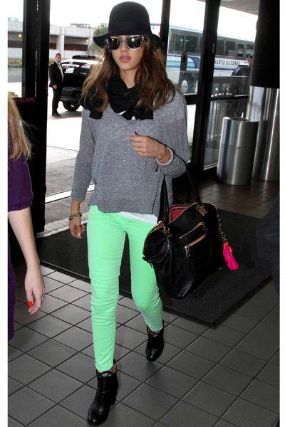 Jessica Alba, fan de los jeans pitillo de colores