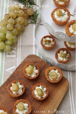 La dolce cucina di Paola: Tartellette finger food: caprino, rosmarino e uva