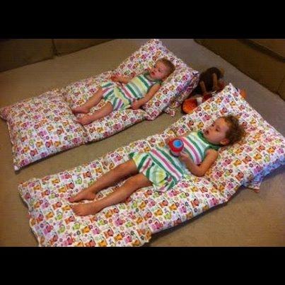 Costure 4 fronhas, coloque os travesseiros e faça um colchão estiloso e confortavel p os pequenos!