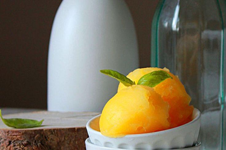 Апельсиновый сорбет с базиликом   Ингредиенты:  • ¾ чашки сахара  • ¾ чашки воды  • 1 чашка листьев базилика  • 3 чашки апельсинового сока   Инструкции:  1. Смешать сахар, воду и базилик в сотейнике. Варить до растворения сахара минут 10, затем процедить и убрать в холодильник на 1 час.  2. Смешать сок апельсина с сиропом и вновь процедить.  3. Перелить в форму для заморозки и убрать в морозилку часа на 2 или приготовить в мороженице и убрать в контейнере в морозилку минимум на 4 часа. После…