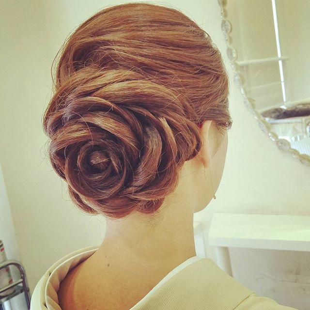 結婚式や前撮りの髪型にお悩みの花嫁さん、「薔薇ヘア」なるものをご存知ですか?♡ 海外のパーティーシーンで誕生したヘアスタイルで、そのアレンジがあまりに芸術的すぎると話題なのです!インスタで見つけた、ゴージャスで華やかな「薔薇ヘア」をチェックしてみましょう♪ 花嫁ヘアにはもちろん、ゲストさんにもオススメですよ♡