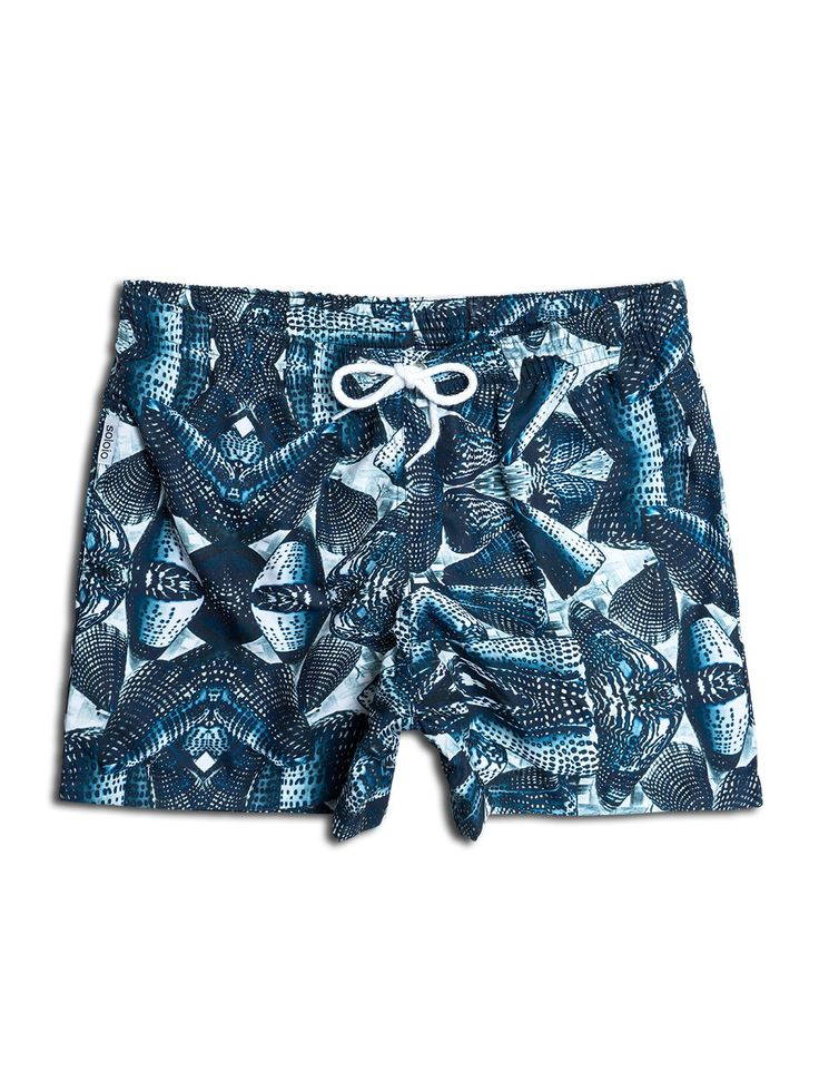 Bañador estampado con diseño de caracolas en color blanco con fondo azul. Dos bolsillos laterales y cinturilla elástica.  #beachwear #beachtowel #towel #print #blue #summercollection #summer #print #green #kiwi #camo #swimsuit #swimshort #menswimsuit