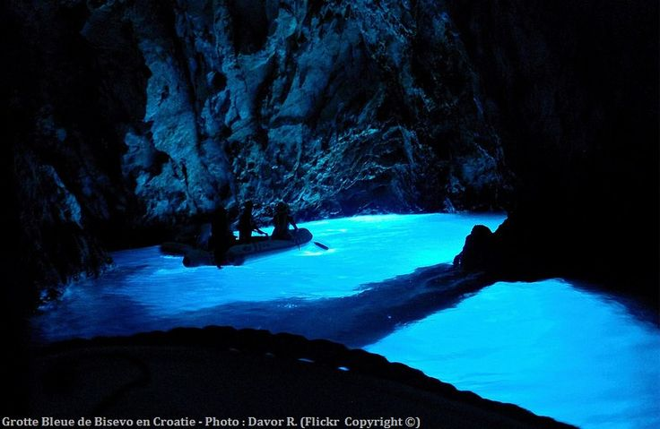La Grotte Bleue de Bisevo Modra Špilja en Croatie se visite en bateau ou en plongée. Cette attraction naturelle attire pour la rareté de la couleur de l'eau