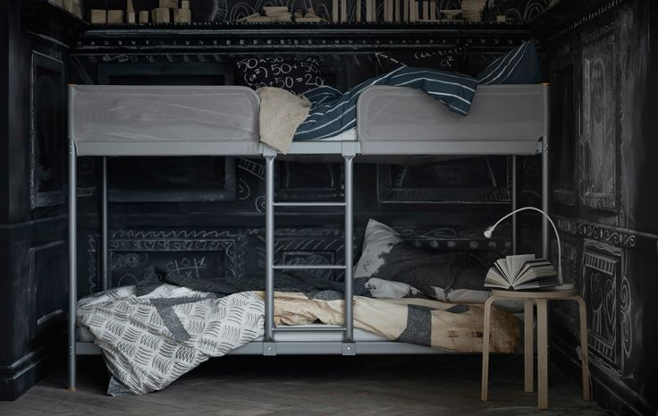 lits superpos s gris avec chelle au milieu pour entrer. Black Bedroom Furniture Sets. Home Design Ideas