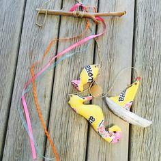 Mobile bois flotté et tissu wax dans les tons jaune : poisson, hippocampe, bateau : idée cadeau