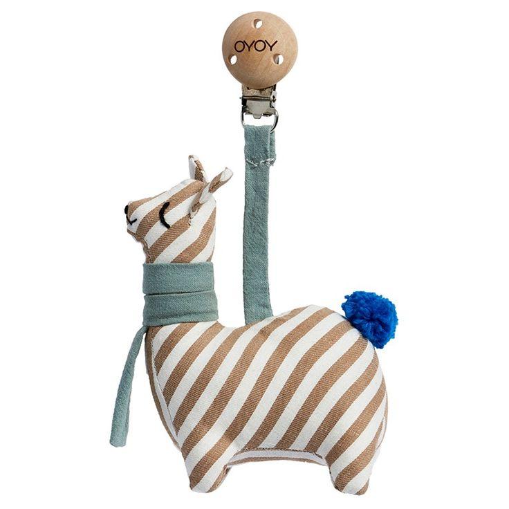 Die neuen Babyartikel von Oyoy sind einfach unwiderstehlich. Der Tier Anhänger für Kinderwagen, Babytrage oder Wiege ist einfach zu süsse. Ein weiteres Lieblingsprodukt unseres Dänischen Labels für Interior Design.  Grösse: 3 x 14 x 8,50 cm 100% Bio-Baumwolle / Polyesterfüllung / Holzclip