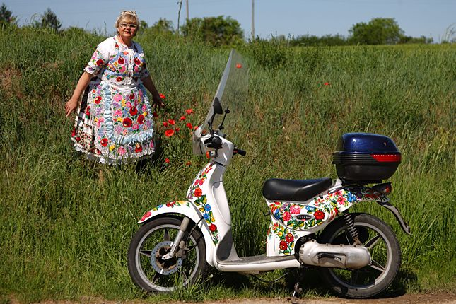 Great looking moped with kalocsai motivum