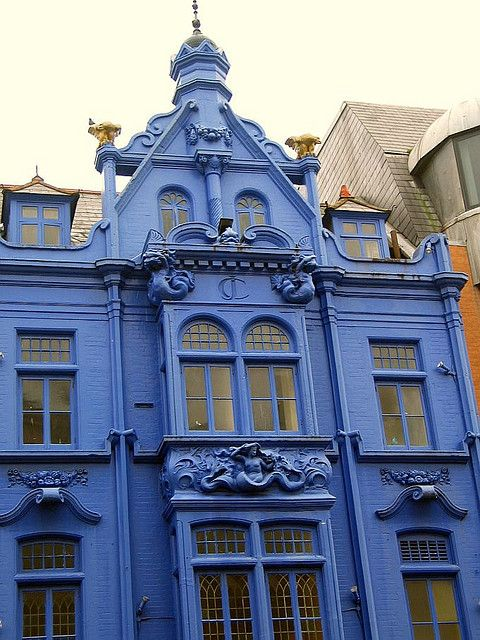 pinner says: Only this type of house could pull off this color -- gorgeous! Awesome blue house