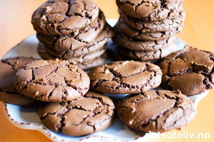 """Hvem har sagt at julesmåkakene trenger å være kjedelige? Her har du en herlig oppskrift på """"Nutella Cookies"""" som kan lages hele året - også til jul! Oppskriften inneholder først og fremst Nutella; resten er nærmest tilbehør..Kakene blir skikkelig myke og har nydelig sjokoladesmak.  Synes du tanken på stekt Nutella høres DIGG ut, er dette kakene for deg!"""