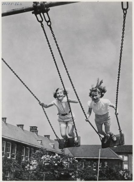 Staande op de schommel, ik deed het ook, als ik dat kinderen nu zie doen, houd ik mijn hart vast.