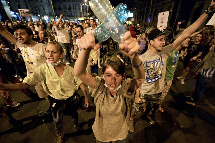 Tineri scandează lozinci în mijlocul Bulevardului Regina Elisabeta, în timpul unui protest faţă de exploatarea minereurilor din perimetrul #rosiamontana, în Bucureşti, luni, 2 septembrie 2013. (  Andreea Alexandru / Mediafax Foto  ) - See more at: http://zoom.mediafax.ro/news/protestele-lunii-septembrie-11383258#sthash.WbQolVgX.dpuf