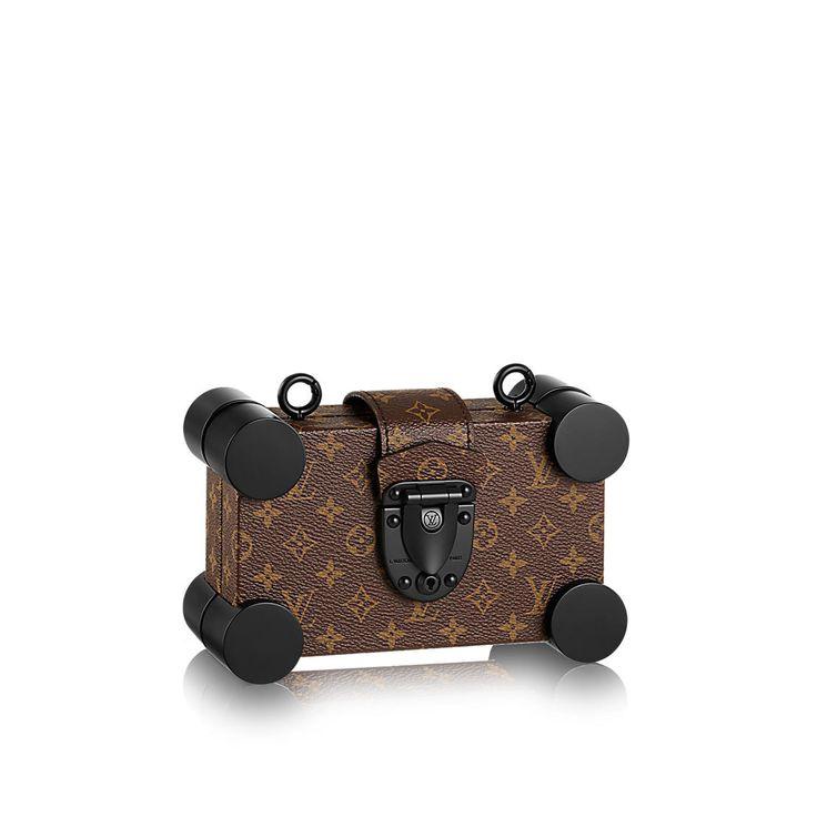Descubra el Louis Vuitton Petite Malle Mini  Con esquinas redondeadas, esta versión mini del modelo Petite Malle da a este clásico de LV un toque moderno. Este bolso tan reducido como práctico es ideal para el día y la noche. Gracias a la correa de piel ajustable y desmontable, se puede llevar como cartera de mano o bolso cruzado en bandolera.