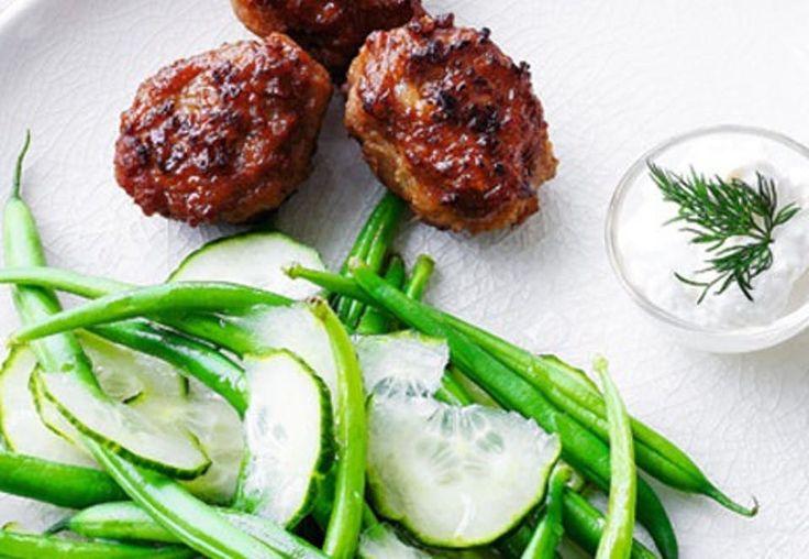 Lækker opskrift på kalvefrikadeller serveret med grønne bønner og agurk.