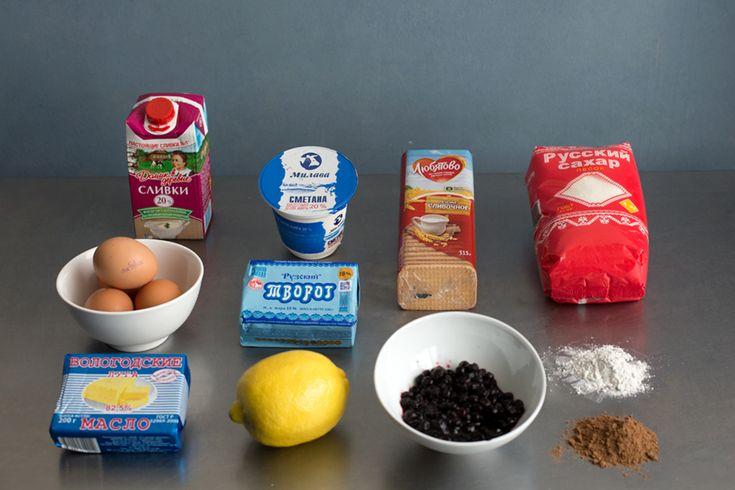 в жирный творог добавила очень жирных сливок. вмешала яйца, сахар и ванильный сахар и взбила блендером. Корж у чизкейка из печенья — я измельчила в блендере «Сливочное», добавила немного растопленного масла и выложила получившуюся массу на дно формы. В получившийся корж аккуратно вылила творожную массу и поставила в духовку на 50 минут при температуре 170 градусов. Кстати, сливочный сыр можно заменить сывороткой, которая получается, если самую жирную сметану положить в марлю и оставить…