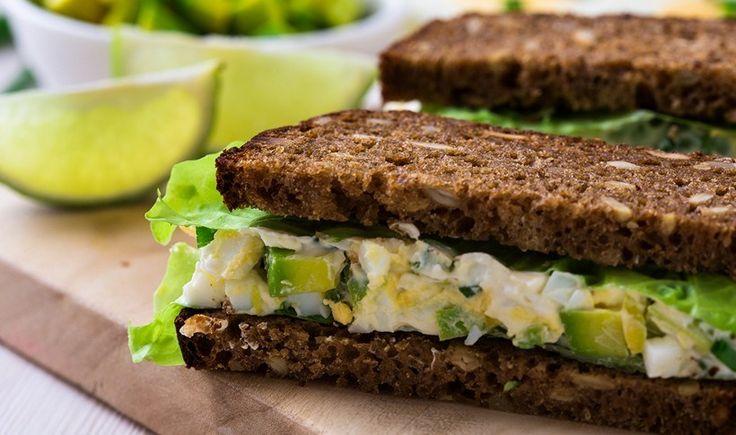 Υγιεινό σάντουιτς με αυγοσαλάτα