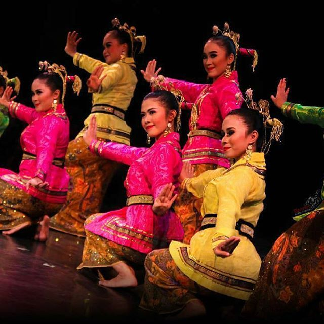 "@satriaatasangin - ""Tari Rara Ngigel"", karya Ida Manu Tranggana...Menggambarkan gadis remaja yang sedang memperlihatkan keahlian dan kemahirannya dalam menari dihadapan para tamu...@ps_bagongkussudiardja #jogja #yogyakarta #dance #dancer #dancers #tradition #tradisional #classic #batik #kebaya #indonesia #beauty #beautiful #girl #arts #kreasibaru #happybirthday #njogedmbagong #art #bagongkussudiardja #wonderfulindonesia #instagood #instapic #photooftheday #picoftheday #smile #pretty  #happy…"