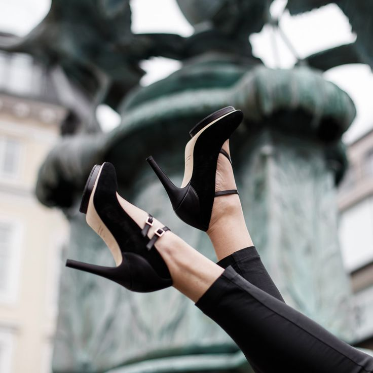 A comfortable high heel made with black suede, nappa details and nappa leather straps. Leather lining and orthopedic insole. 7 cm heel height.