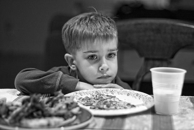Io quel giorno, il pomeriggio che Le ho scritto la prima  volta, avevo visto mio padre piangere a tavola, con la sua  lettera piegata accanto al piatto. Credo sia stata l'unica  volta che l'ho visto piangere, anzi ne sono sicura. Piangere  non è «da uomini», difatti. Mia madre non sapeva cosa  dire e teneva gli occhi nella minestra. [Nel link la lettera di Marchionne ai dipendenti] (Foto: Sad Dinner by Gregorvoy, via Flickr)