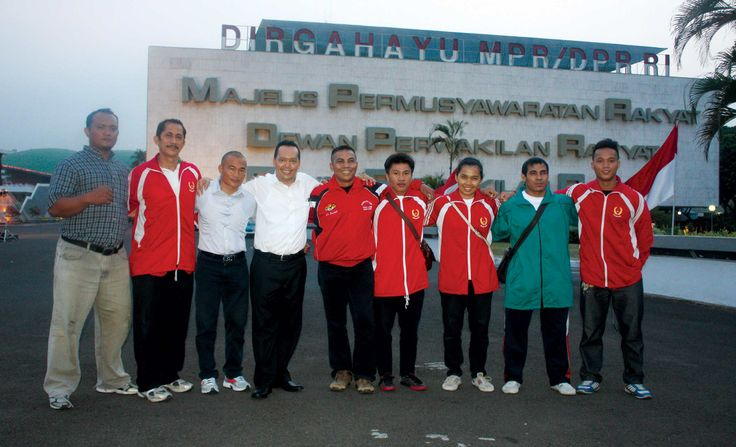 Ramadhan Pohan berfoto bersama koordinator PABBSI Lilik Kurniadi dan atlet Persatuan Angkat Besi dan Berat Seluruh Indonesia (PABBSI) Sumatara Utara (Holong Purba, Riko, Daut, Wiliam, Saradodo, Maria, Reza), Rabu (4/9) di depan Gedung DPR/MPR RI.