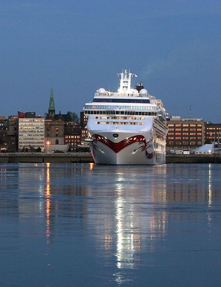 Le port de Saint John la nuit. | Excursions de croisière au Nouveau-Brunswick, Canada.