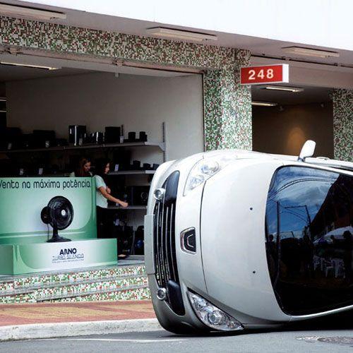 Für diese coole Guerilla Marketing Aktion platzierte die Agentur Publicis ein umgefallenes Auto auf Parkplätze direkt am POS. Die Kampagne stoppte Passanten und