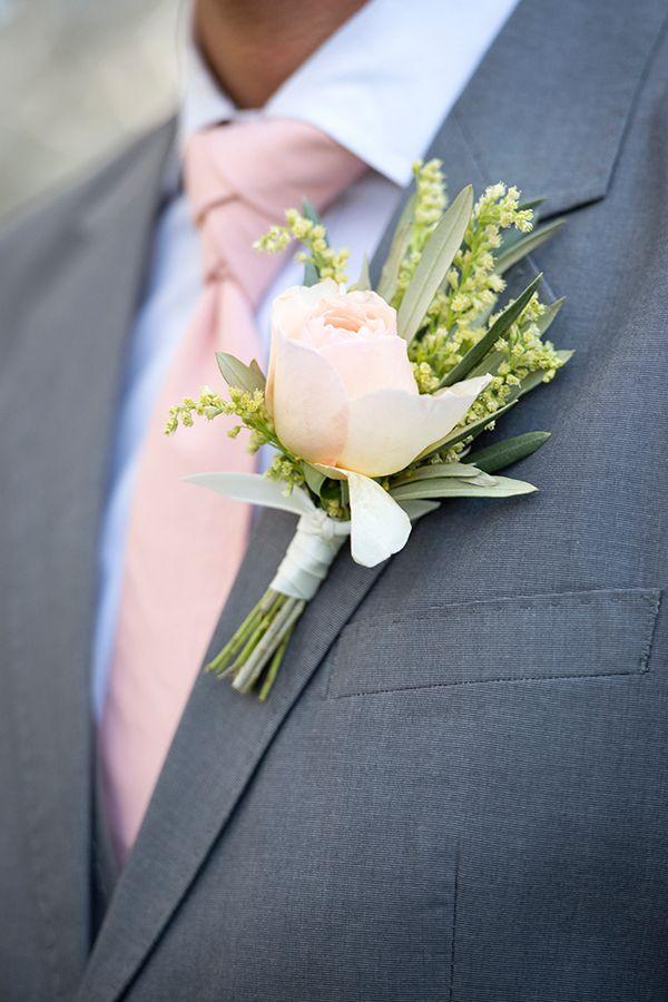 Einen eleganten grauen Anzug mit Pfirsich Boutonnière und Tie für eine Spring-Bräutigam