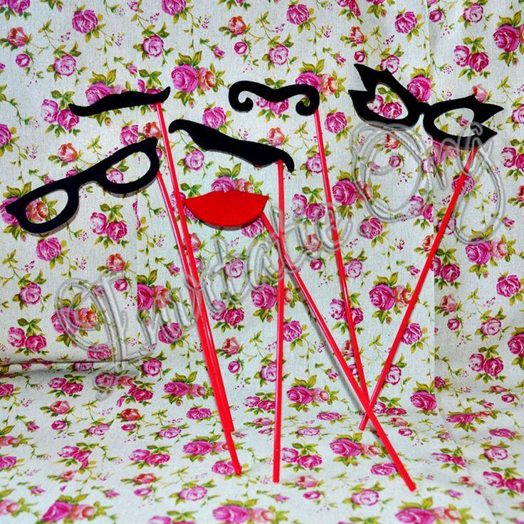 Recuzita (accesoriile pentru facute poze) poate fi formata din: ochelari pe bat, mustati pe bat, buze pe bat, masti pe bat, masti de carnaval, masti de bal, joben, esarfe cu pene, panglici elegante tip anii '20.  Pe langa toate cele mentionate, puteti pune imaginatia invitatilor la contributie cu tablitele pe care pot fi scrise mesaje de tot felul. Pentru toate aceste accesorii pentru photo booth intrati pe Invitatie.org unde veti gasi tot ce aveti nevoie.