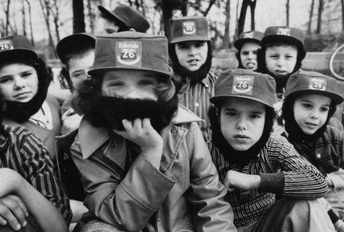 1959 - Niños estadounidenses usan barbas de Castro hechas de pieles de perro, junto con sombreros de ala plana cuando juegan a la guerra como rebeldes en el Movimiento 26 de Julio de Castro.  Los números en sus tapas indican la fecha del 26 de julio de 1953 cuando comenzó la revuelta de Castro.  Foto por...