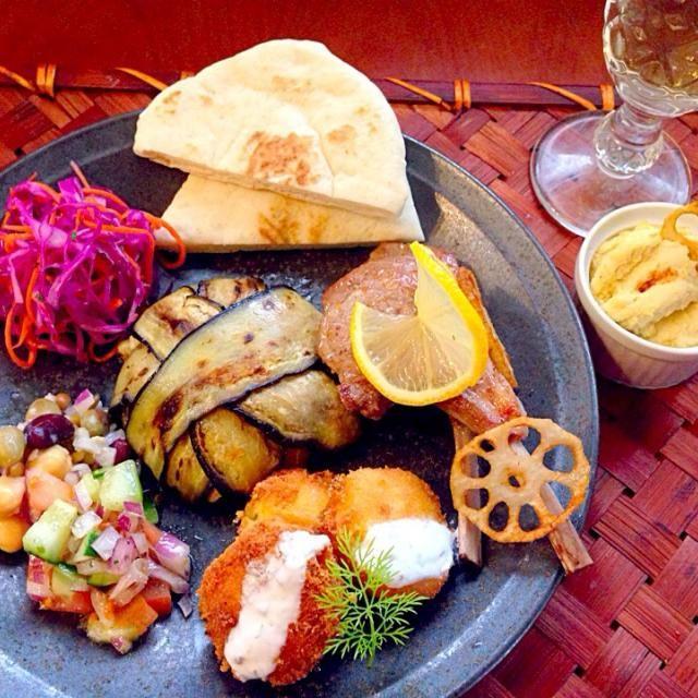 フムス,ファラフェルを軸に中東、レバノン料理目指して作ってみました❗ お肉も無いと異国料理でチビ〜ズ可哀想なのでヘルシーなラム ゆかりさん、のっちゃん、sato*さん、素敵美味しいレシピありがとうございます✨  レバノン料理は中東アラブ料理のなかでも洗練されたイメージが強く、酸味の効いた爽やかな味わいが特徴。首都ベイルートは「東洋のパリ」とも呼ばれ、中東のエキゾチックさと西洋のエレガントさが見事に調和した街並みが独特の雰囲気を醸し出しているそうです レバノン料理の特徴として、ゴマ、レモン、オリーブオイル、ハーブ類、ヨーグルトを使った料理が多く見られシナモンや - 166件のもぐもぐ - Tonight Lebanon plate Dinnerレバノン料理 by Ami