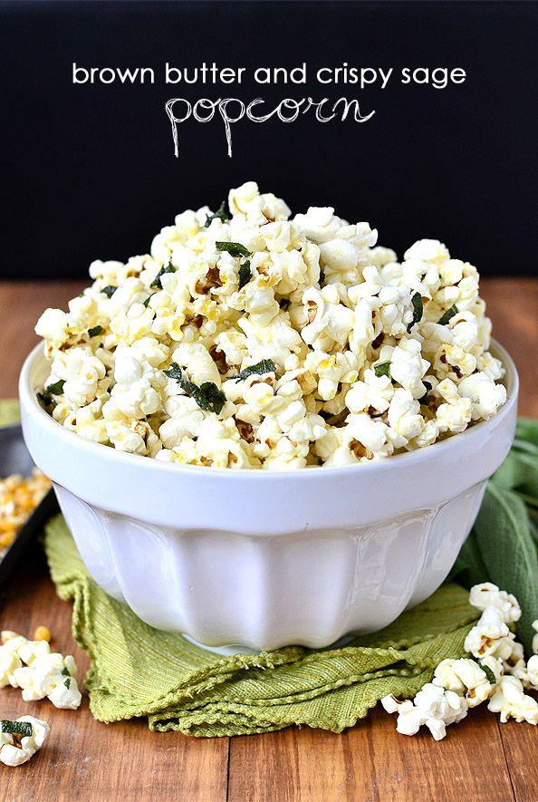 Marrón Mantequilla y Crispy Sage Popcorn + Cómo hacer palomitas de maíz en la estufa es adictivo en todos los niveles. Plus aprender cómo hacer palomitas de maíz en la cocina!