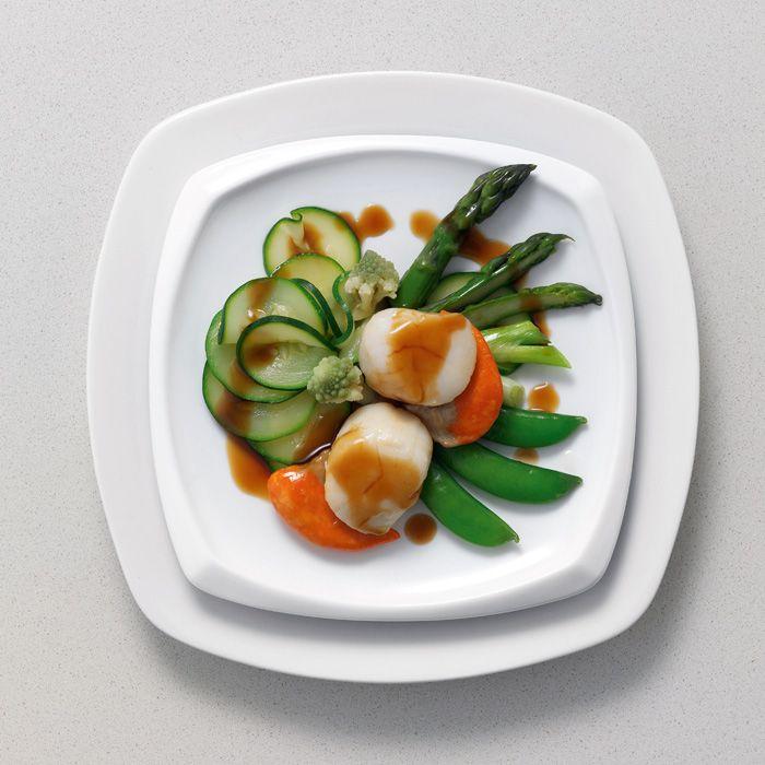 Jakobsmuscheln mit gedämpftem Gemüse: Im Frühling wunderbar lecker und sehr gesund sind diese auf einem Bett aus gedämpftem Gemüse angerichteten Muscheln.