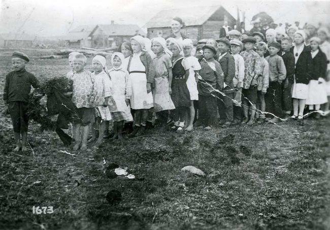 ученики школы В.Никуляс идут к братской могиле. 1934-35