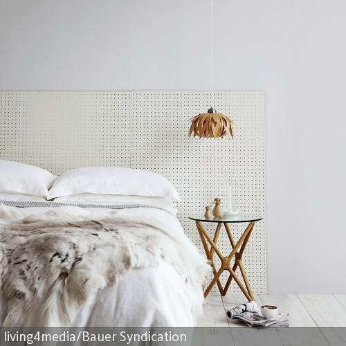 Wer ein schlichtes aber dennoch interessantes Farbkonzept im Schlafzimmer umsetzen möchte, kann mit der Farbe Weiß als Grundfarbe und einer zweiten hellen…