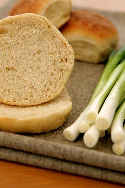 Bułeczki śniadaniowe 2.5h Składniki na około 14 bułek:  1 i 1/4 szklanki letniego mleka7 g suchych drożdży lub 15 g świeżych1 łyżka cukru1 jajko2 łyżki masła, roztopionego3/4 łyżeczki soli3 i 3/4 - 4 szklanki mąki pszennej chlebowej  Dodatkowo:  1 łyżka roztopionego masła, do posmarowania