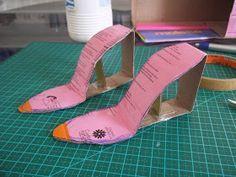 Materia necessário Para o molde * Papelão (caixa de sapato é o ideal pela gramatura) * Cola branca * fita adesiva * tesoura * régua  Para ...
