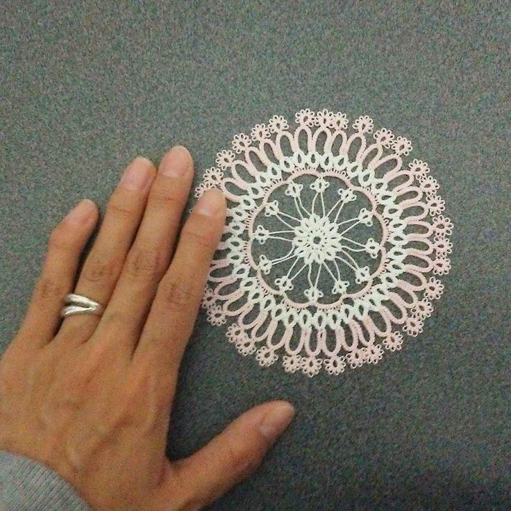 藤重すみさんのタンポポのミニドイリー編めた  アイロンあてたら又アップします  お気づきのように左手の小指が突き指をして以来曲がってます  力を入れなくてもゆるく曲げるだけで痛い  なのでブリッジもリングも小指は使いません 編み地の持ち方自体も本やネットのお手本と全く違うのだ  ちなみに棒針も普通は編む糸を左手の指にかけると思うのですがワシはちっちゃい時におかんに右手でのやり方を教わったのでそのままです  #tattinglace #tatting #handmade #homemade #タティングレース #タティング #手作り #ハンドメイド #knitting #編み物 #motif #motifs #doily #モチーフ #ドイリー #手 #hand #finger #指 #指輪 #ring by hiromitmr