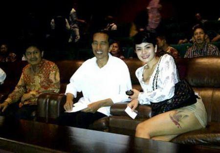 Nikita Mirzani Pamer Paha di Depan Jokowi Ini Fotonya : Nikita Mirzani kembali menebar kehebohan. Hal itu terkait sebuah foto seksi Nikita yang memamerkan paha dan sedang duduk di sebelah Presiden Joko Widodo (Jokowi) yang d