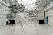 TOMAS SARACENO (geb.1973 in Tucuman/Argentinien, lebt in Frankfurt) Galaxy forming along filaments, like droplets along the strands of a spider´s web, 2008, elastische Seile