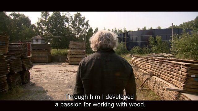 De eigenzinnige meubelmaker Dirk Cousaert heeft een passionele liefde voor hout en recuperatiematerialen. Voor een vakbeurs bouwde hij eens een kleine paalwoning als stand. Vandaag woont Dirk er met z'n gezinnetje. Meer informatie: www.dirkcousaert.be