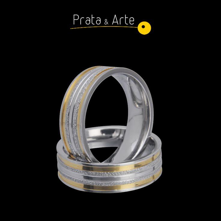 Aliança aço diamantada, acabamento polido com detalhes timbrada no teor dourado.    http://www.prataearte.com.br/products.php?product=Alian%C3%A7a-A%C3%A7o-Diamantada-%28UNIDADE%29LAN%C3%87AMENTO