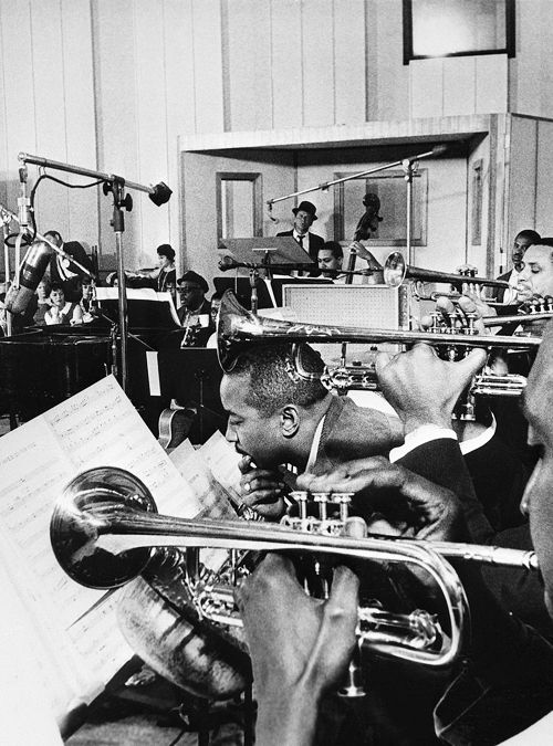 Frank Sinatra recording with the Count Basie orchestra, 1962