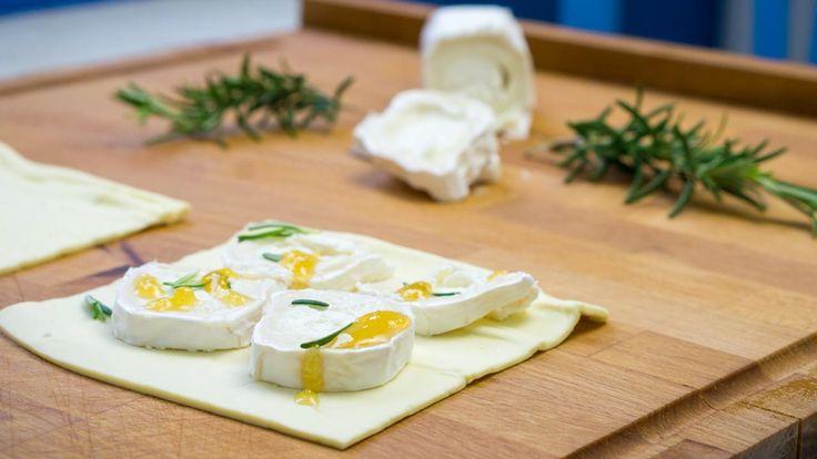 Snack aus dem Sandwichmaker: Blätterteig mit Ziegenkäse & Honig - Sandwichmaker eignen sich nur für langweilige Toastbrote mit Schinken und Käse? Quatsch! Probiert doch mal dieses Rezept aus, bei dem aus luftigem Blätterteig dank Ziegenkäse, Honig und Rosmarin ein Delux-Sandwich wird...