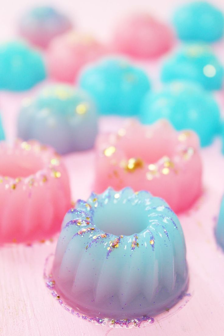 Dusch Jelly machen nicht nur gute Laune, sondern ist auch super schnell selbst gemacht. Ich zeige dir eine Anleitung für Dusch Jellies im Lush Style!