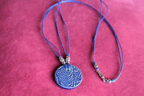 Grandeur  longueur 16 pouces  - 41 centimètres    Collier  en céramique de couleur bleu fait main  sur double corde ciré bleu orné de perles tibetaines en laiton.   Fermoir  en laiton vissé.  Frais de livraison 5$ Merci de nous suivre sur Facebook  www.facebook.com/Creations-JOM-Céramiques-Bijoux-340093916336505