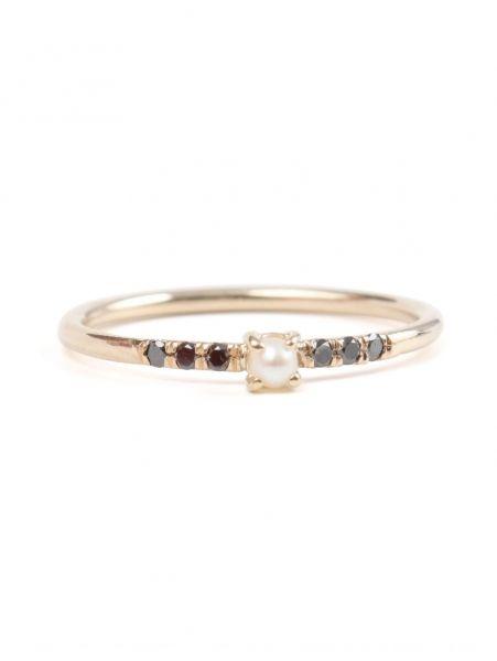 "Gouden ring met zoetwaterparel en zwarte diamanten <p>Jennie Kwon, € 365 - verkrijgbaar via <a href=""https://catbirdnyc.com/shop/product.php?productid=19660&cat=312&page=1"" target=""_blank"">catbird.com</a></p> | ELLE"