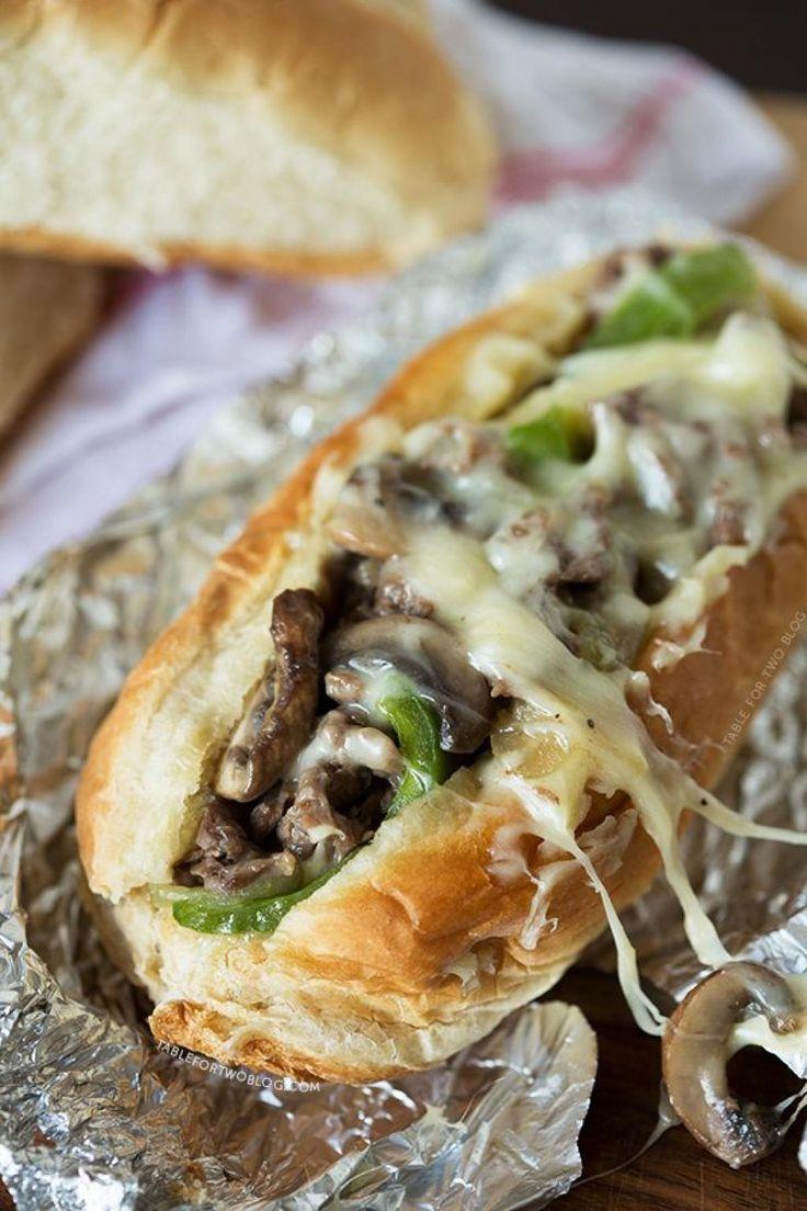 Il est un des sandwichs les plus addictifs que j'ai mangé ! À vous de le découvrir ...  Ingrédients 3/4 de livre de faux filet émincé 1 poivron vert coupé en lanières 6 oz de champignons portobello tranchés 1 tasse de fromage provolone râpé sel