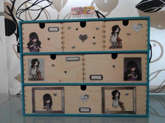 Cajonera de madera decorada con gorjuss gorjuss for Ideas para decorar puertas de placard