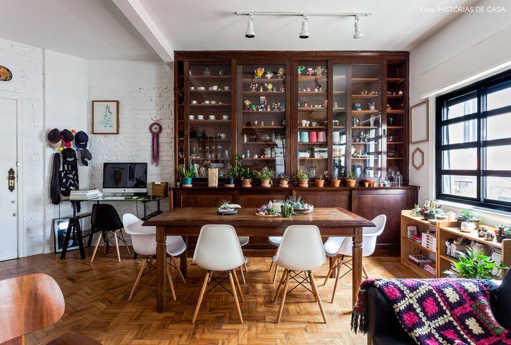sala de jantar com armário antigo ao fundo, estilo farmácia, com portas de vidro