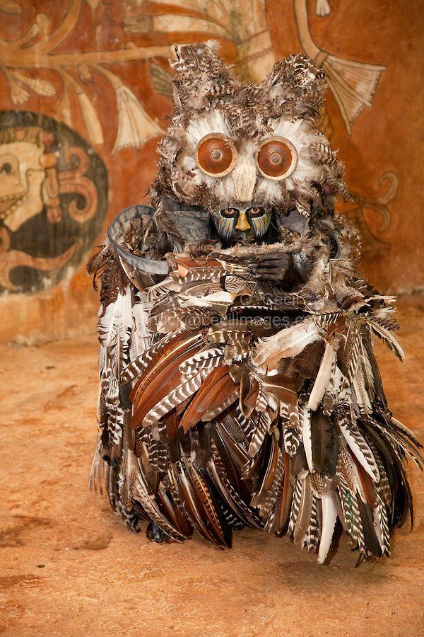 Danzante Maya representa un Búho que en la mitología Maya es la muerte.  Xcaret, Riviera Maya, Yucatan, Mexico.