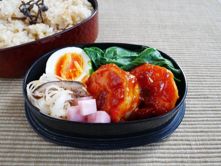 玄米ごはん220g、塩昆布、青梗菜中華スープ浸し、海老チリ、赤蕪甘酢漬け、椎茸ビーフン、にぬき